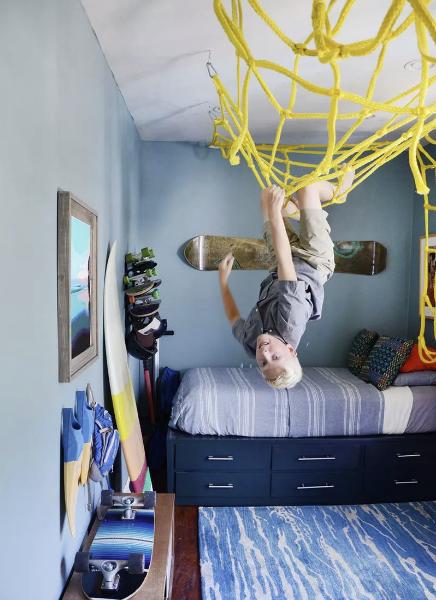 детска-стая-момче-игра